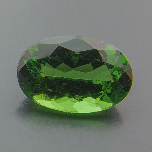 Tsavorite Garnet from Tanzania. 1 Piece. Oval, very very small inclusions