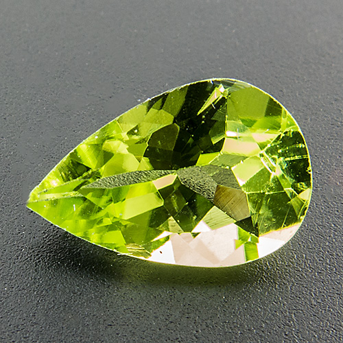 Peridot from Myanmar. 1 Piece. Pear, very very small inclusions