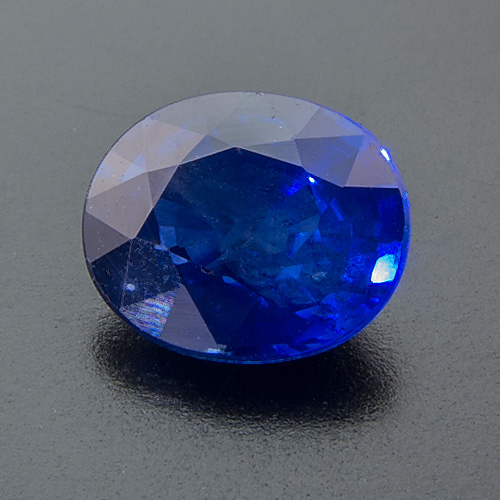 Sapphire from Madagascar. 1 Piece. Oval, very distinct inclusions