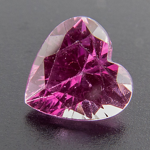 Pink Sapphire from Tanzania. 1 Piece. Heart, very small inclusions